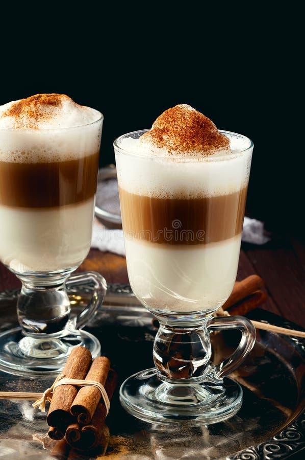 Ирландская кофейная чашка заполнила слои политые latte стоковое фото rf
