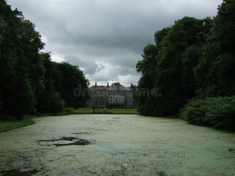 Ирландская Республика, историческое здание, славный взгляд, дом мечты, озеро стоковые фотографии rf