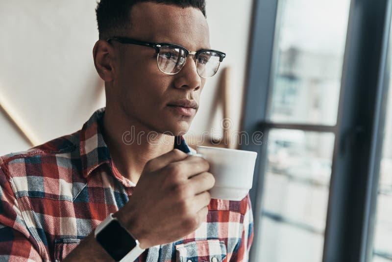 Искать для воодушевленности Красивый кофе молодого человека выпивая стоковая фотография