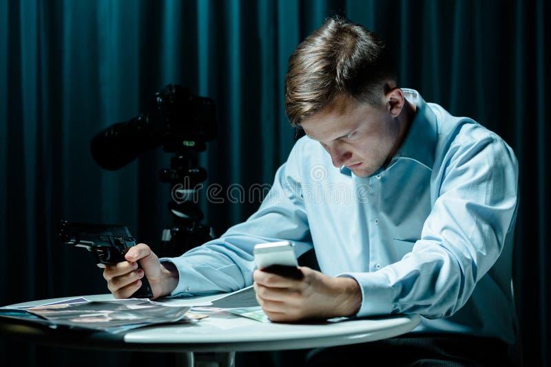 Искать для опасного террориста стоковые фотографии rf