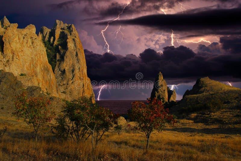Искра молнии над горной цепью Karadag стоковые изображения rf