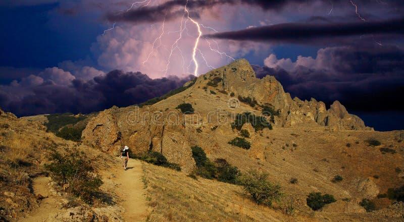 Искра молнии над горной цепью Karadag стоковое изображение rf