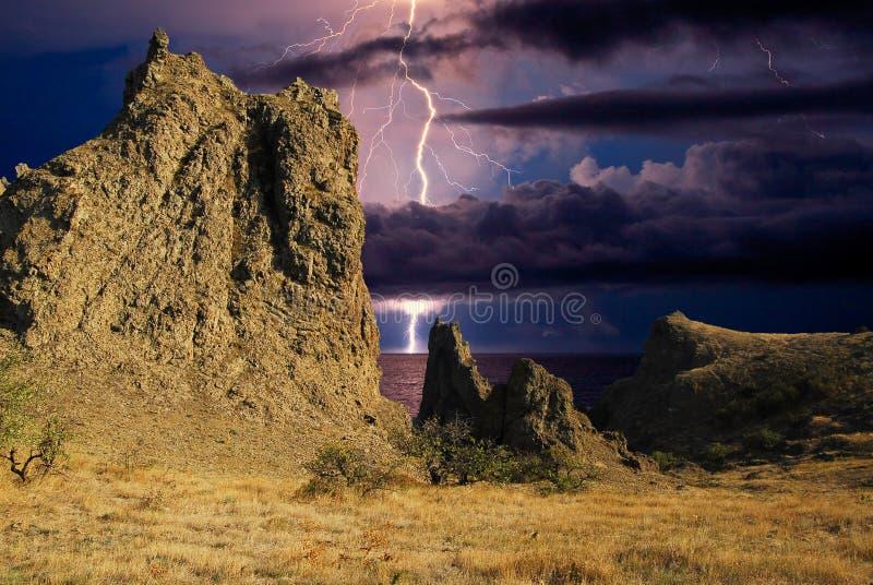 Искра молнии над горной цепью Karadag стоковые изображения