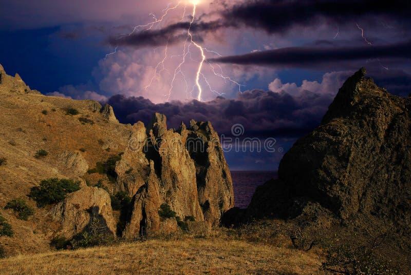 Искра молнии над горной цепью Karadag стоковое фото