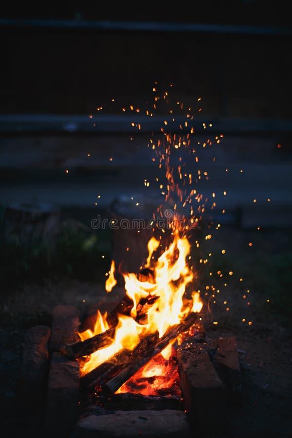 Искры летают от огня стоковые изображения
