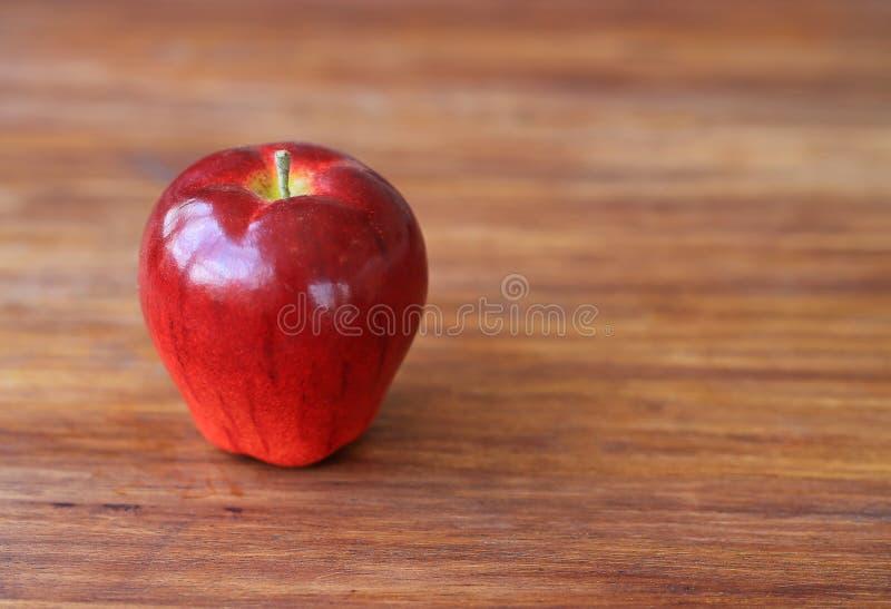 Искусственная красная модель плода яблока на деревянной таблице стоковое изображение rf