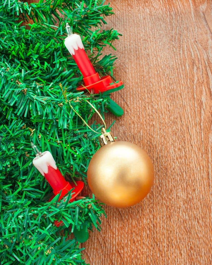 Искусственная рождественская елка, электрические свечи и золотой шарик стоковые изображения