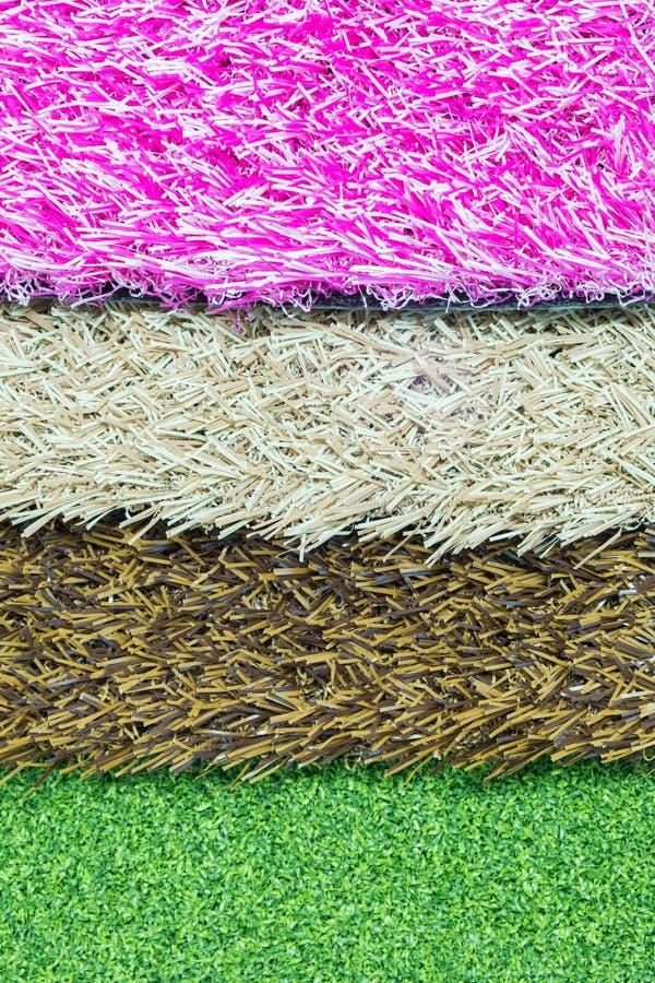 Искусственная трава изолированная на белой предпосылке стоковые фото