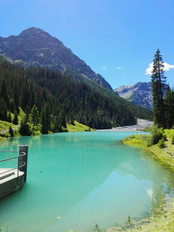 искусственное озеро стоковое изображение rf