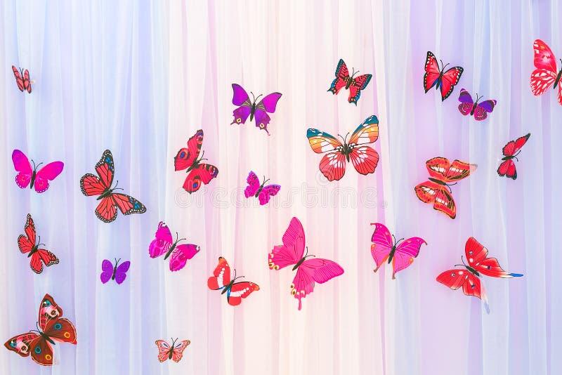 Искусственные красочные бабочки на красочном backgrou занавеса стоковое изображение rf