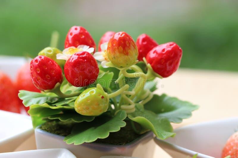 Искусственные цветки клубники в центре и свежести приносить на t стоковое изображение