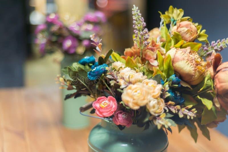 Искусственный букет розы и пиона желтый, пинк и голубое стоковые изображения rf