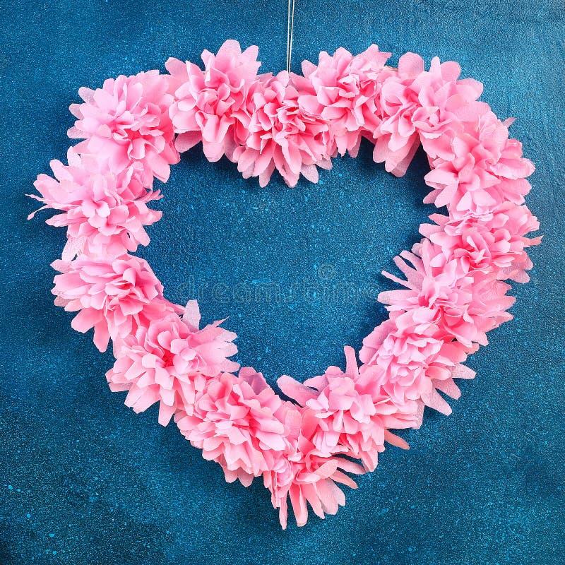 Искусственный цветок сердца форменным украшенный венком сделал розовые салфетки салфетки стоковые изображения rf