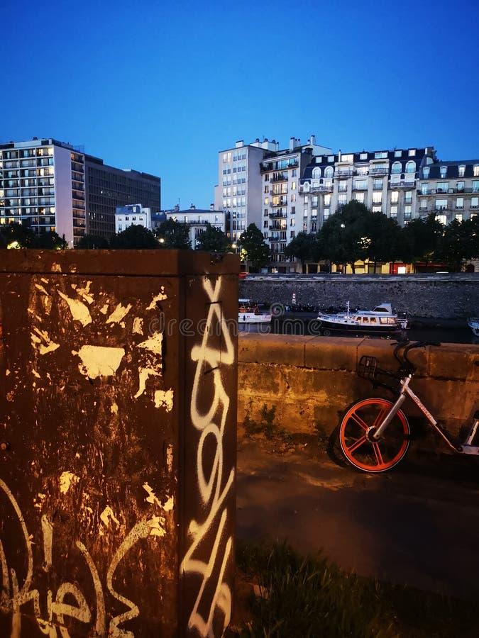 Искусство Бастилии Парижа вечером везде стоковое изображение