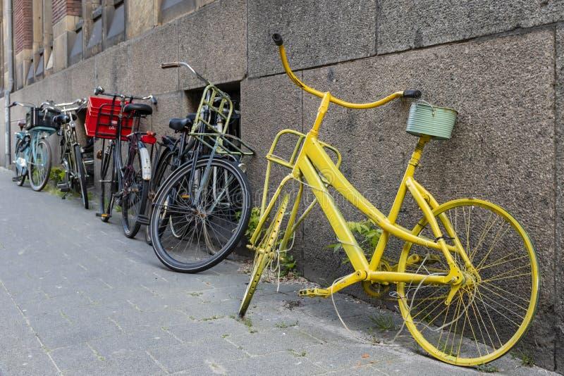Искусство велосипеда против стены в Роттердаме Scheepvaartkwartier стоковые фотографии rf