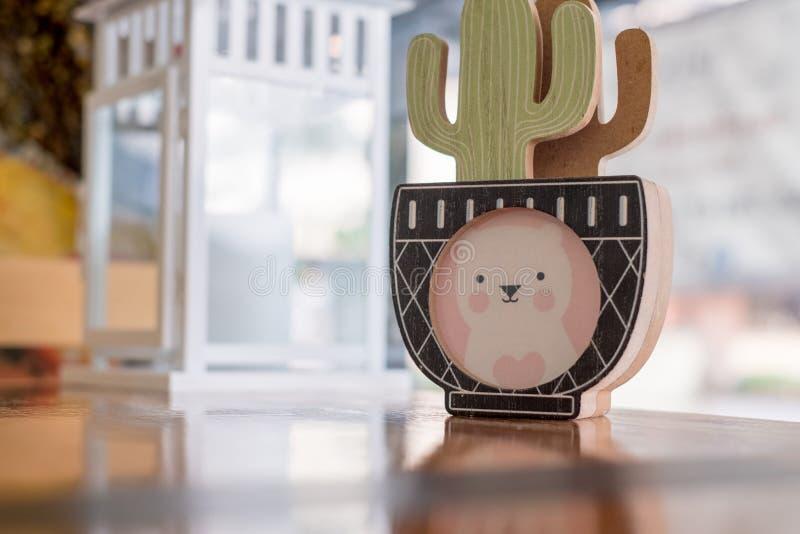 Искусство кактуса в вазе с мини искусством медведя стоковое фото rf