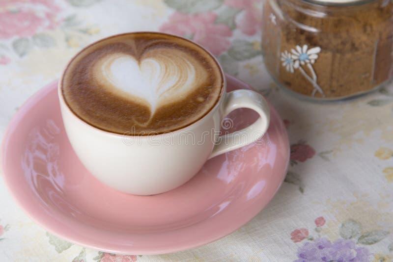 Искусство сердца на кофе стоковое изображение