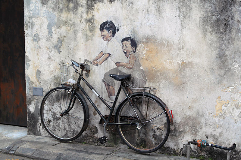 Искусство улицы на Penang, детях на велосипеде стоковое изображение