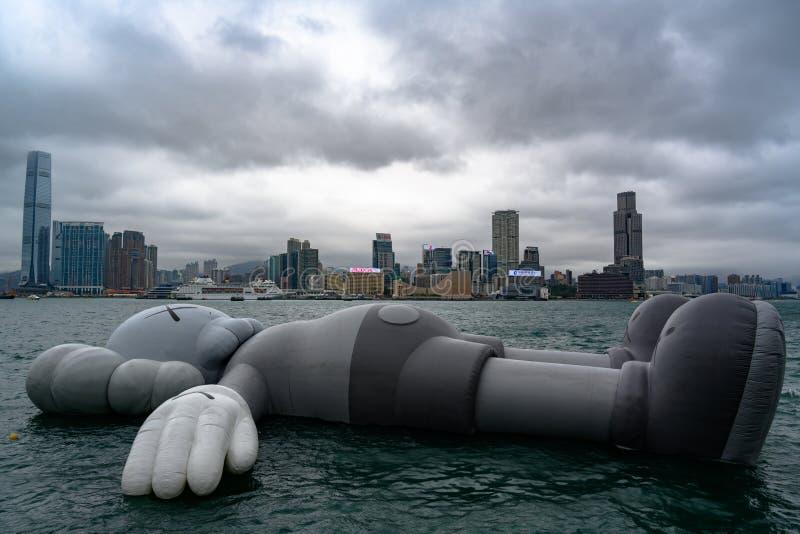 Искусство, Istallation, плавая скульптура, Гонконг Исполинская мертвая серая мышь перемещаясь на воду на сером цвете, пасмурном д стоковое фото