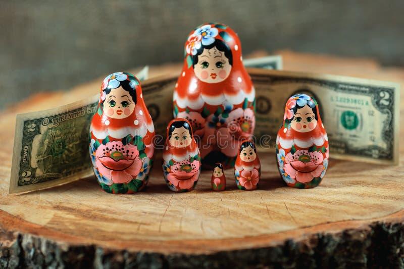 Искусство Matryoshka Русская кукла с долларами Анти- денежный ящик кризиса стоковые фото