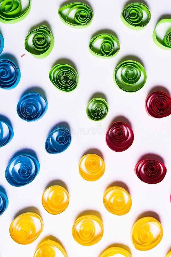Искусство Quilling Бумага цвета завивает на белой предпосылке стоковые изображения rf