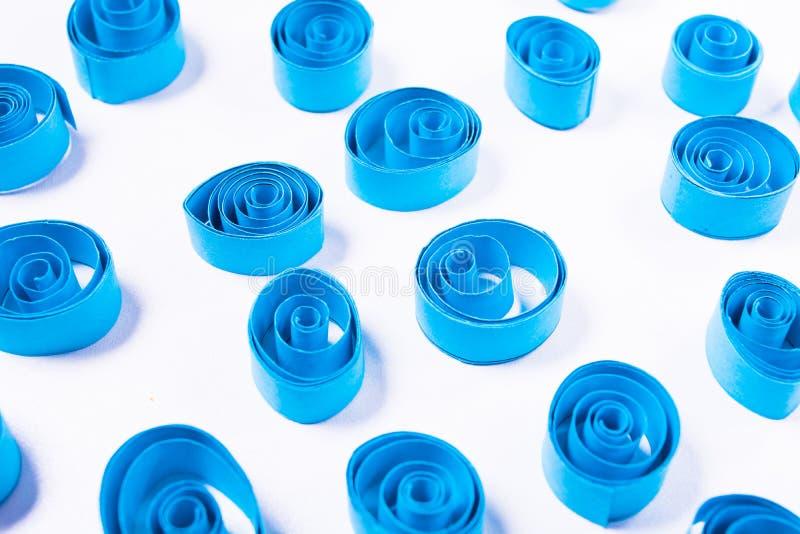 Искусство Quilling Скручиваемости голубой бумаги стоковые фотографии rf