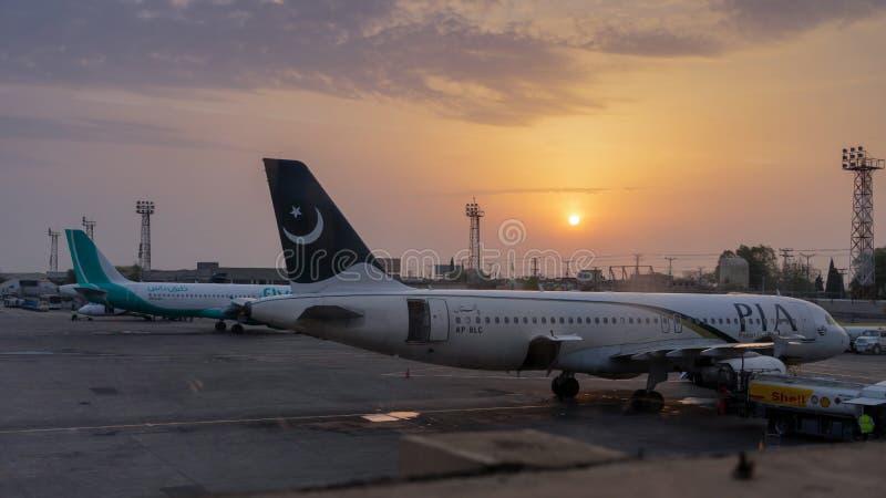 Исламабад, Пакистан - 8-ое апреля 2018: 2 самолета паркуя в авиапорте Исламабада стоковые фотографии rf