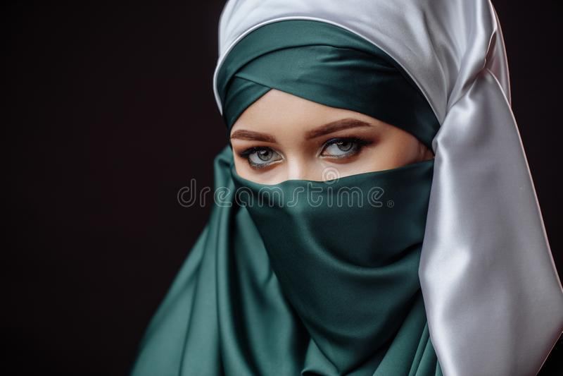 Исламская мода содержанка внутри easten одежды стоковые фотографии rf