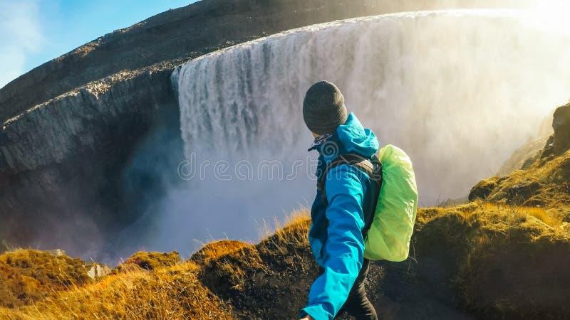 Исландия - человек принимая selfie с водопадом стоковая фотография rf
