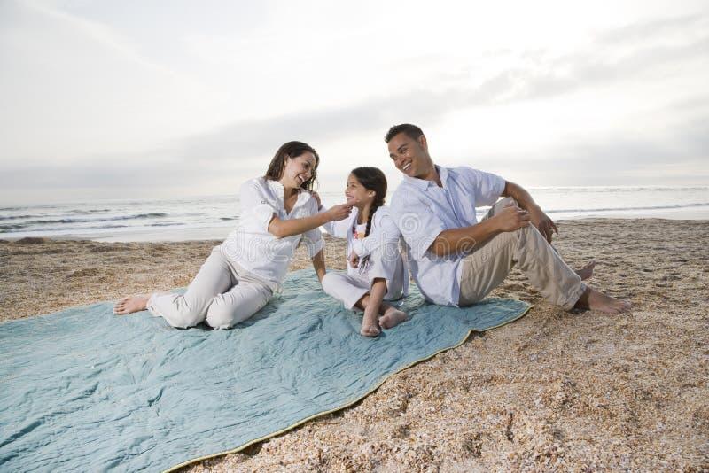 испанец девушки семьи одеяла пляжа немногая стоковая фотография