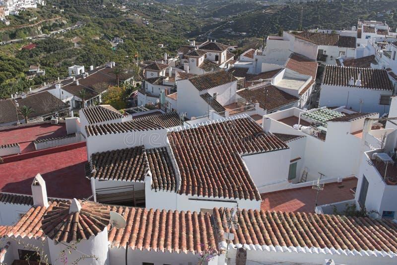 Испания, Андалусия, деревня Frigiliana Взгляд над верхними частями крыши стоковая фотография