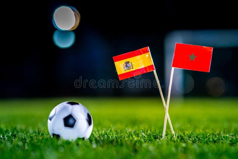 Испания - Марокко, группа b, Monday, 25 Футбол -го июнь, кубок мира, Россия 2018, национальные флаги на зеленой траве, белом шари стоковая фотография rf