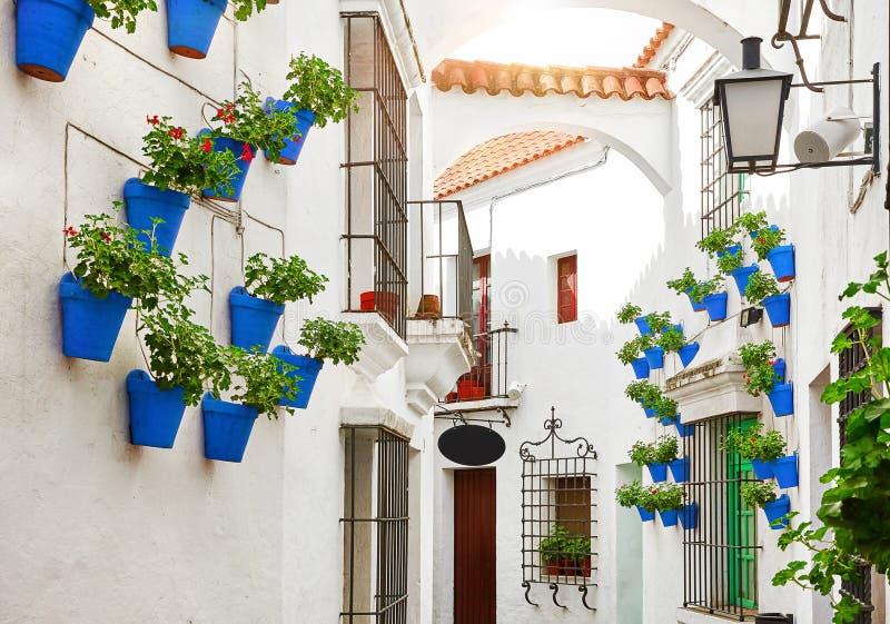Испания Традиционная среднеземноморская улица в старом городке стоковое изображение