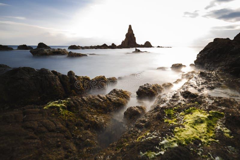 Испания, AlmerÃa, Cabo de Gata, риф Arrecife de las sirenas сирен - долгая выдержка на влиян стоковые изображения