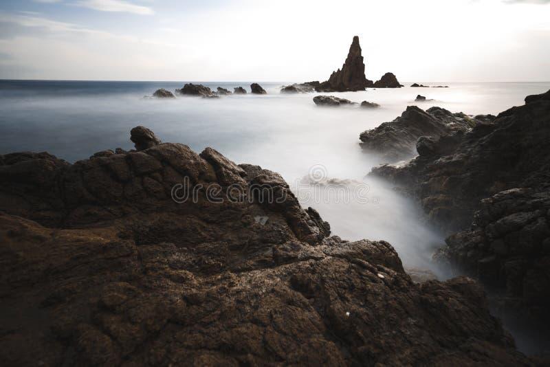 Испания, AlmerÃa, Cabo de Gata, риф Arrecife de las sirenas сирен - долгая выдержка на влиян стоковая фотография