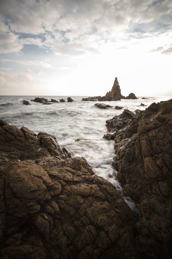 Испания, AlmerÃa, Cabo de Gata, риф Arrecife de las sirenas сирен - долгая выдержка на заход стоковое фото