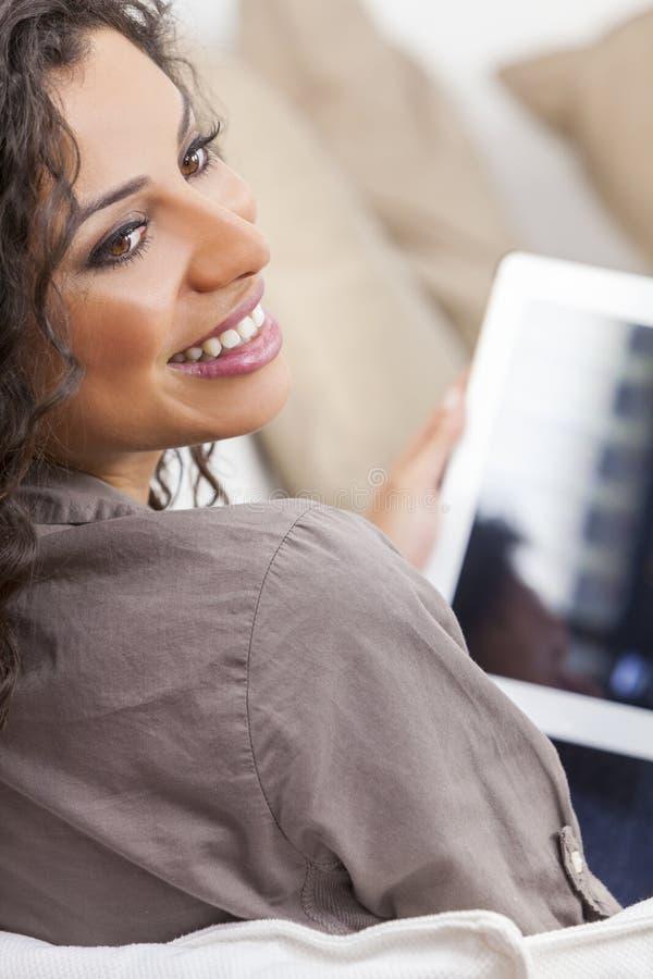 Download Испанская женщина смеясь над используя планшет Стоковое Изображение - изображение насчитывающей relaxed, жизнерадостно: 33728327