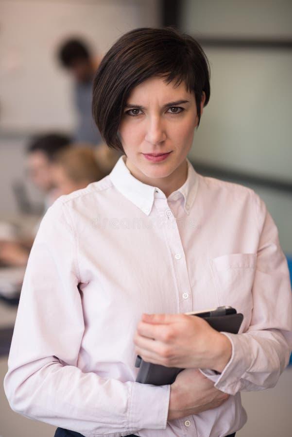 Испанская коммерсантка с таблеткой на конференц-зале стоковое фото rf