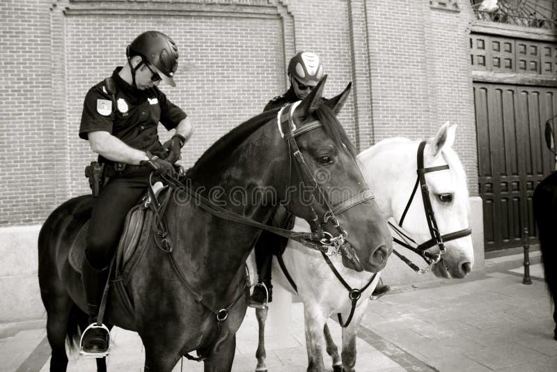 Испанская конная полиция патрулирует Мадрид стоковая фотография