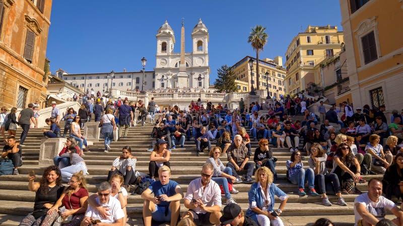 Испанская лестница и туристы на Аркаде di Spagna в Риме, Италии стоковые изображения