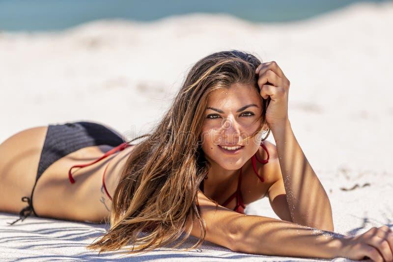 Испанская модель брюнет наслаждаясь солнечным днем на пляже стоковые фотографии rf