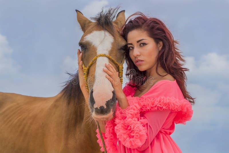 Испанская модель и лошадь брюнет стоковые изображения rf
