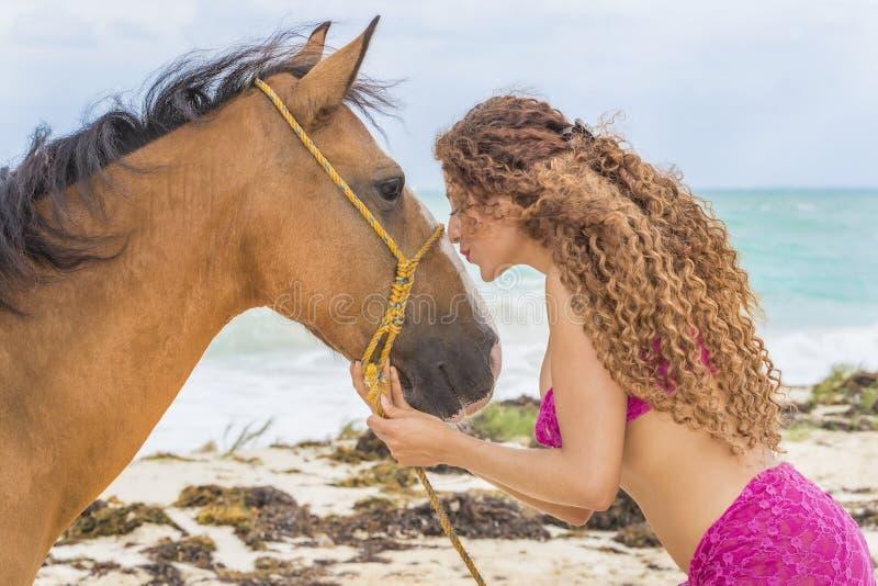 Испанская модель и лошадь брюнет стоковое фото rf