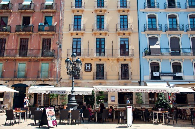 Рестораны в старой испанской улице в Tarragona, Испании стоковые фотографии rf