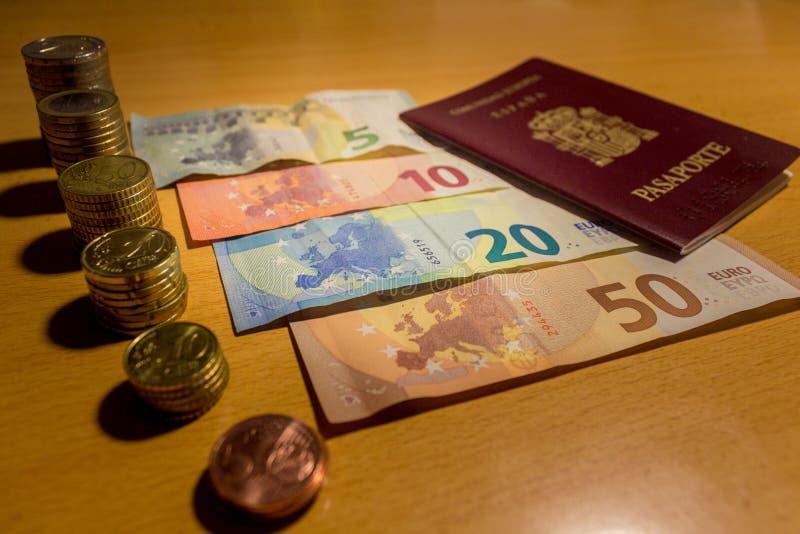Испанские деньги - монетки и счеты евро стоковые изображения rf