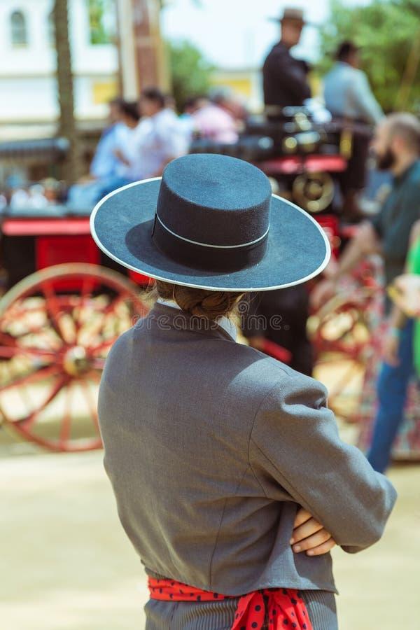 Испанский женский жокей в традиционной одежде на ярмарке лошади Jerez стоковые изображения rf