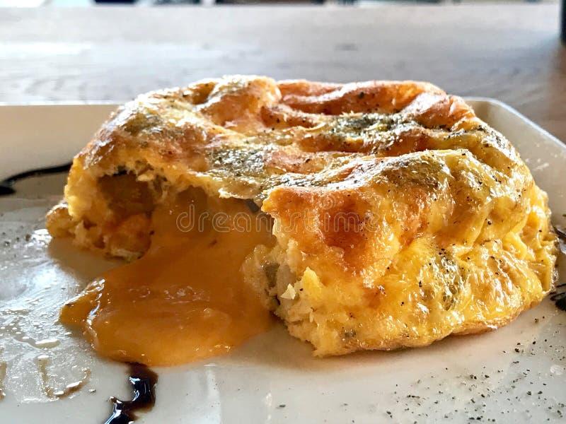 Испанский омлет с картошкой и расплавленным сыром чеддера служил на ресторане стоковое изображение rf