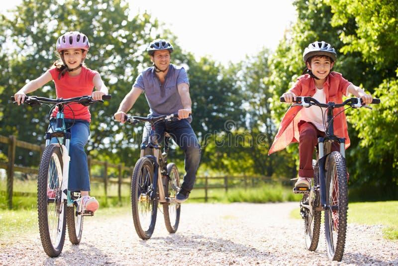 Испанский отец и дети на езде цикла стоковые фотографии rf