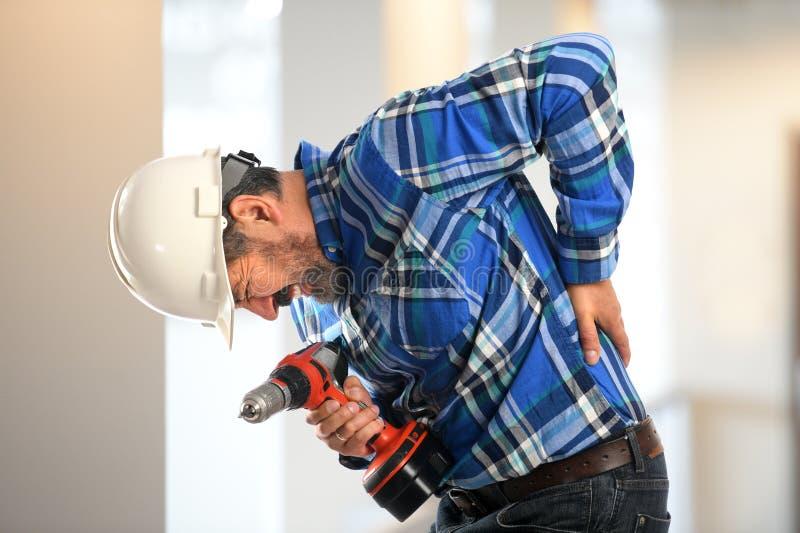 Испанский работник испытывая боль в спине стоковое изображение