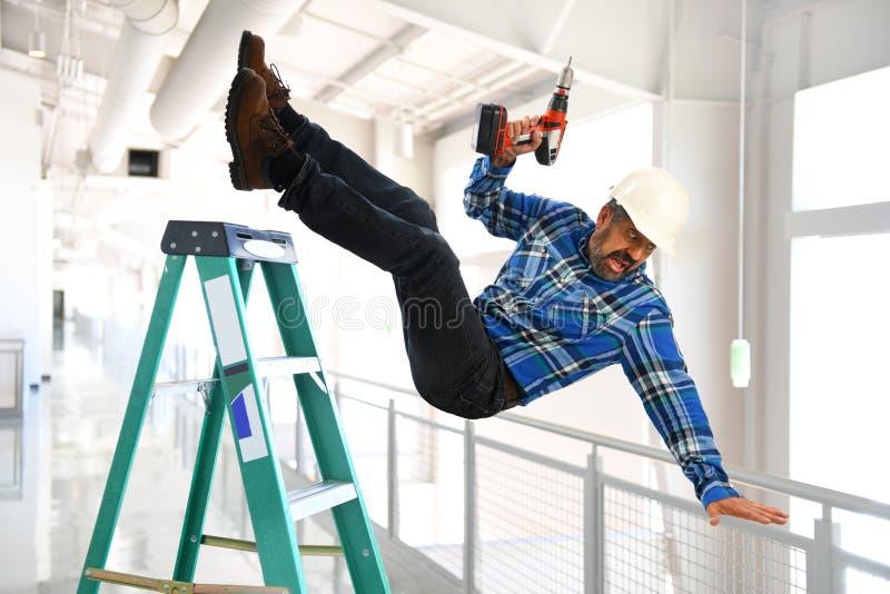Испанский работник падая от лестницы стоковая фотография